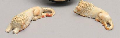 Deux LIONS couchés en coquillage sculpté...