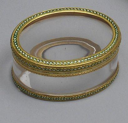 TABATIERE ovale en cristal à monture en or...