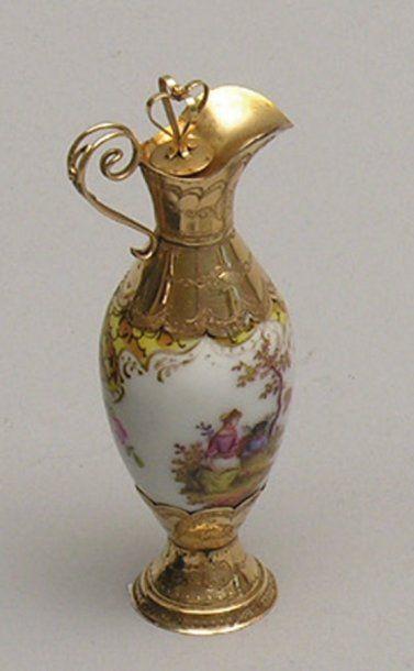 FLACON A PARFUM en porcelaine à décor de...