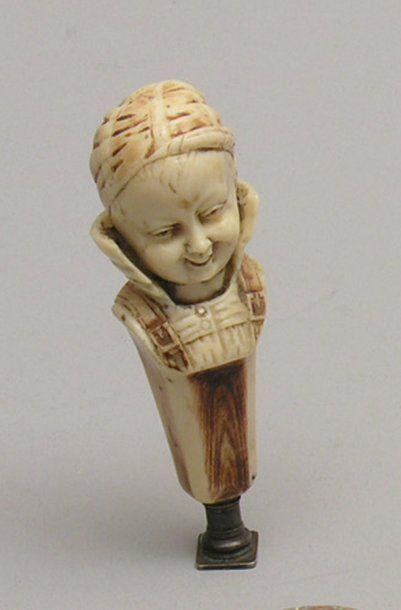CACHET à tête d'enfant en ivoire sculpté...