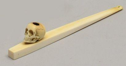 PIPE A OPIUM en ivoire sculpté, le fourneau...