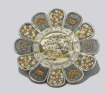 COUPE polylobée en argent, centrée d'un décor...
