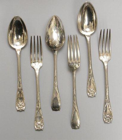 PARTIE DE MENAGERE en métal argenté à décor...