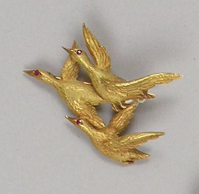 BROCHE en or jaune ciselé trois canards en...