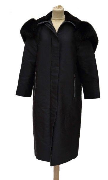 CELINE: Manteau en soie noire doublée d'un...
