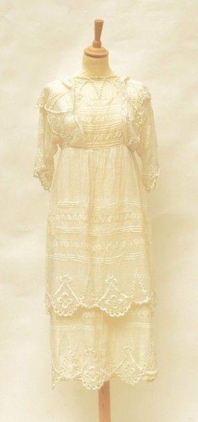 Une robe en linon brodé et Valencienne -...
