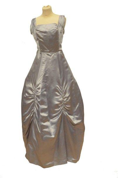 D'après un modèle MOLYNEUX: Robe longue en...