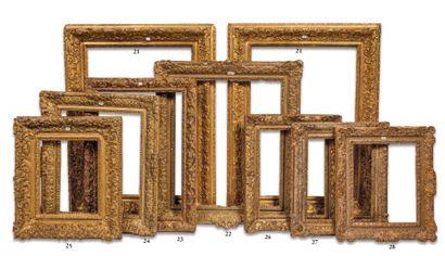 CADRE en bois sculpté et doré à décor Bérain....