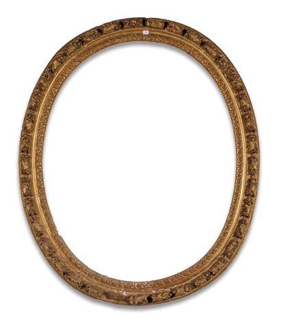 CADRE à vue ovale en bois sculpté et doré...