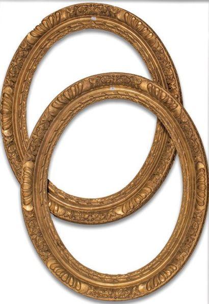 PAIRE de CADRES à vue ovale en bois sculpté...