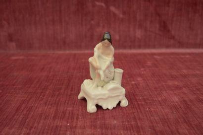 PORTE PLUME en porcelaine poycrome figurant...
