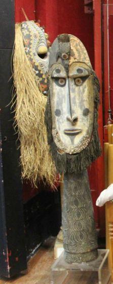 Masque anthropomorphe entouré de raphia de...