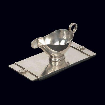 JEAN DESPRES (1889-1980)  Saucière en métal...