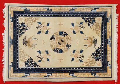 Tapis de CHINE (Pékin) vers 1980 à décor...