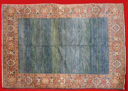 Tapis SHOBI-AGRA (Inde) à champ uni vert...