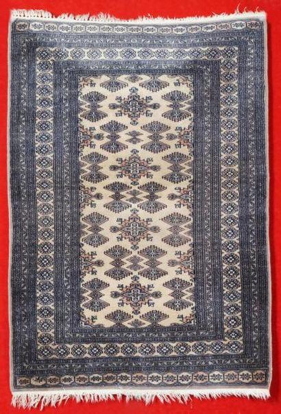 Tapis MOULTANE (Pakistan) à décor géométrique...