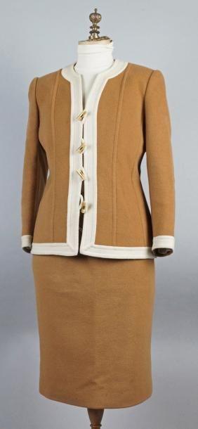 Annie CORVALL TAILLEUR en flanelle caramel et beige, la veste à fermeture brandebourgs...