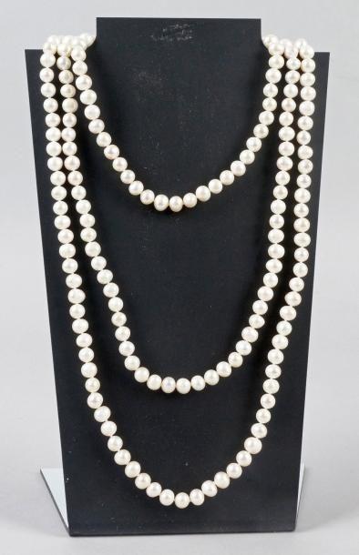SAUTOIR en perles de culture semi-baroques....