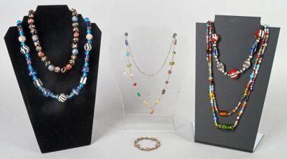 SAUTOIR et TROIS COLLIERS en perles de verre...