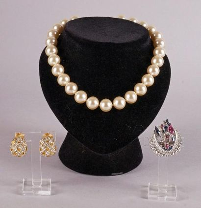 COLLIER choker de perles synthétiques, BROCHE...