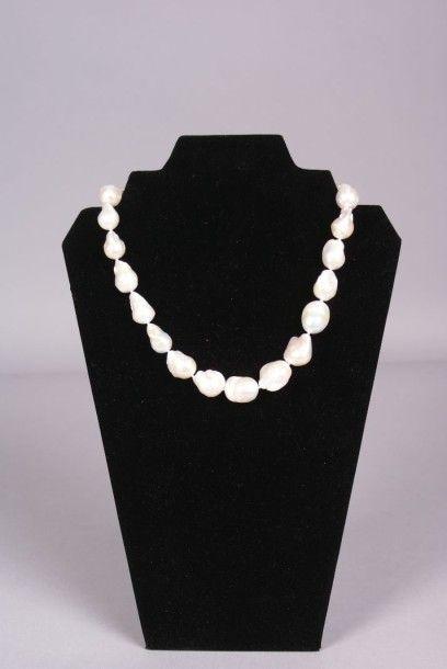 Collier choker en importantes perles...