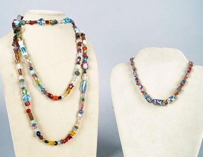 SAUTOIR en perles de verre de couleur, certaines...