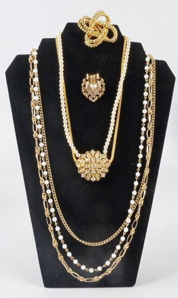 COLLIER en métal doré et perles choker synthétiques...