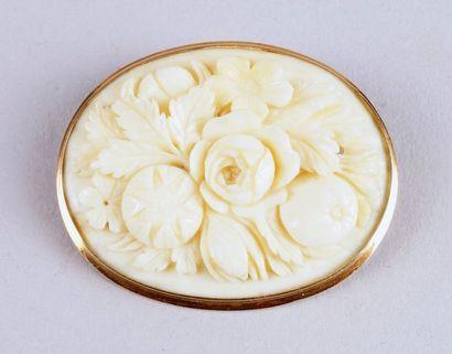 BROCHE en ivoire gravé de fleurs, monture...