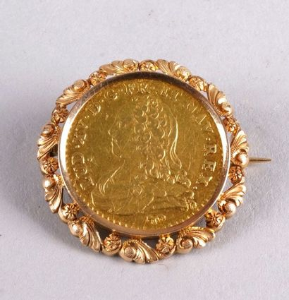 BROCHE en or jaune sertie d'un Louis d'or...