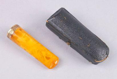 FUME-CIGARES en ambre, monture en or jaune...