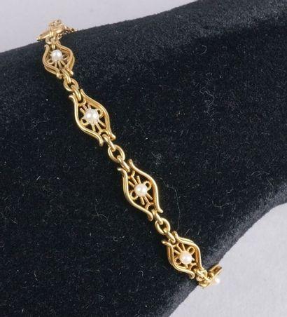 BRACELET en mailles alternées à granulations en or jaune 750/1000 agrémenté de perles....