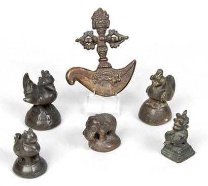 LOT DE SIX OBJETS en bronze dont cinq petits...