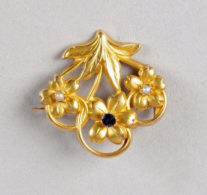 BROCHE FLEUR en or jaune sertie de deux perles...