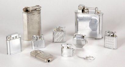 LOT DE NEUF BRIQUETS en métal chromé comprenant: trois briquets de marque LANCEL,...