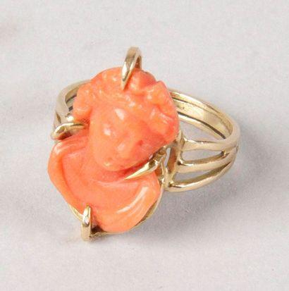 BAGUE en or jaune sertie d'une femme à l'Antique...