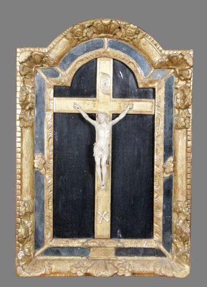 CRUCIFIX-TABLEAU vers 1700, Christ en ivoire...