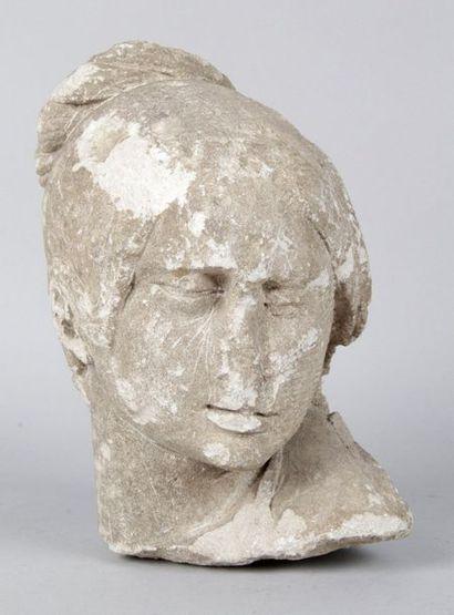 TÊTE DE FEMME en pierre calcaire sculptée...