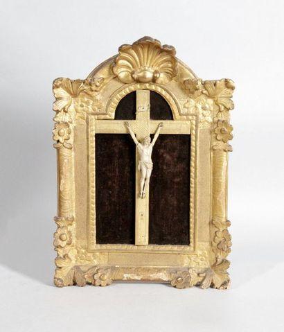 CHRIST en ivoire sculpté et son cadre en...