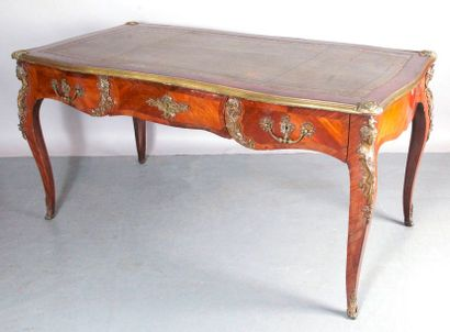 BUREAU PLAT de style Louis XV en placage…