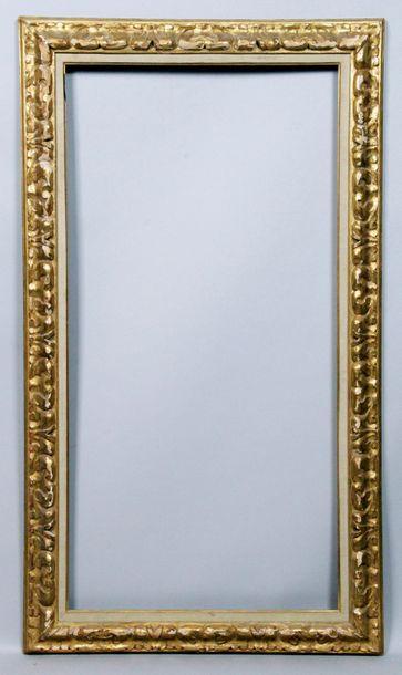 CADRE en bois et stuc dorés de style baroque...