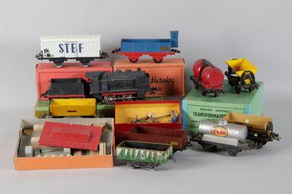 HORNBY «O»: Lot de matériel ferroviaire comprenant circuit de rails électriques,...