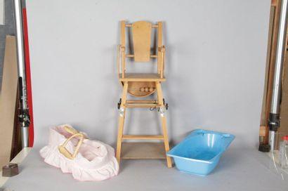 Chaise haute de poupée en bois naturel, années...