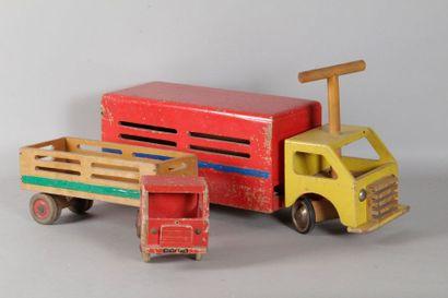 Deux camions en bois façon DEJOU