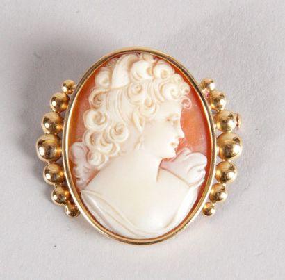 CAMÉE COQUILLAGE figurant un profil de femme monture or jaune. Poids brut: 7,4 g...