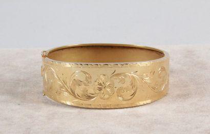 BRACELET en or jaune rigide à charnière des...