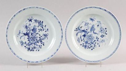 CHINE, XVIIIe SIÈCLE PAIRE D'ASSIETTES en porcelaine bleu et blanc à décor de fleurs....