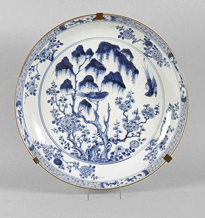 CHINE, XVIIIe siècle, époque QIANLONG COUPE en porcelaine bleu et blanc à décor de...