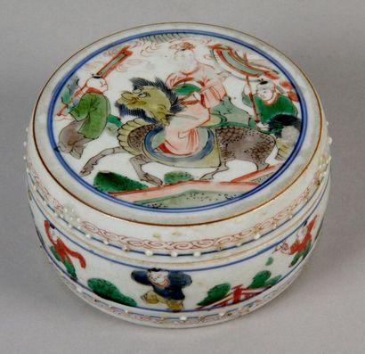 CHINE, XIXe siècle PETITE BOÎTE COUVERTE PRENANT LA FORME D'UN TONNELET à décor de...