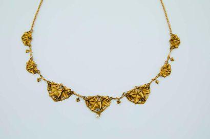 Un collier draperie en or 750/1000e à décor...