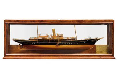 Demi-coque d'un yacht XIXème siècle fond...